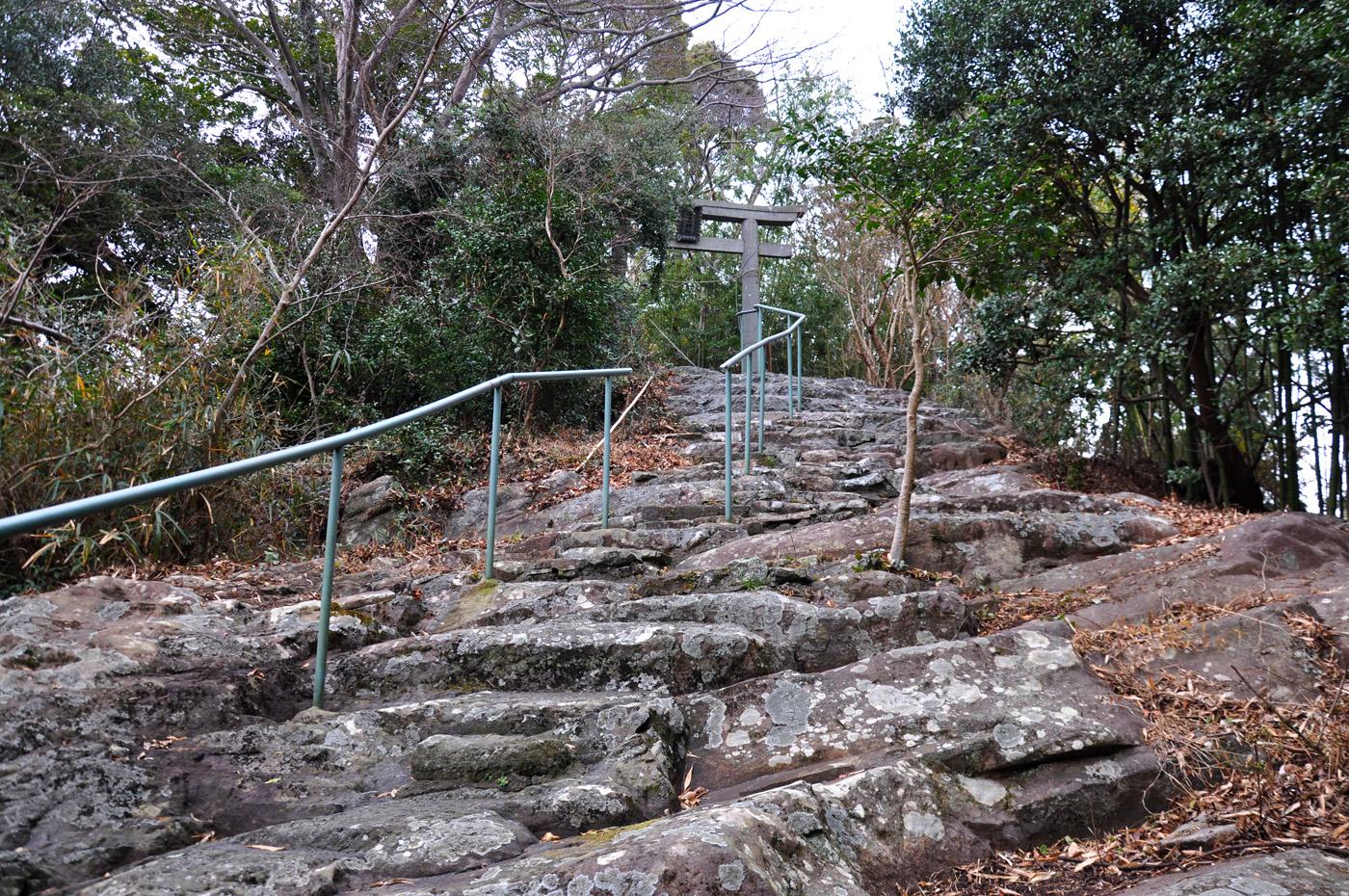 山頂の淡島神社へ続く道には火山の根の岩盤が見られる CC BY