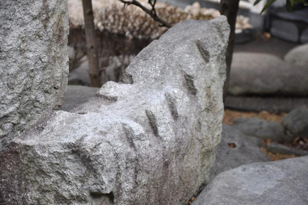 矢穴の残る築城石 CC BY