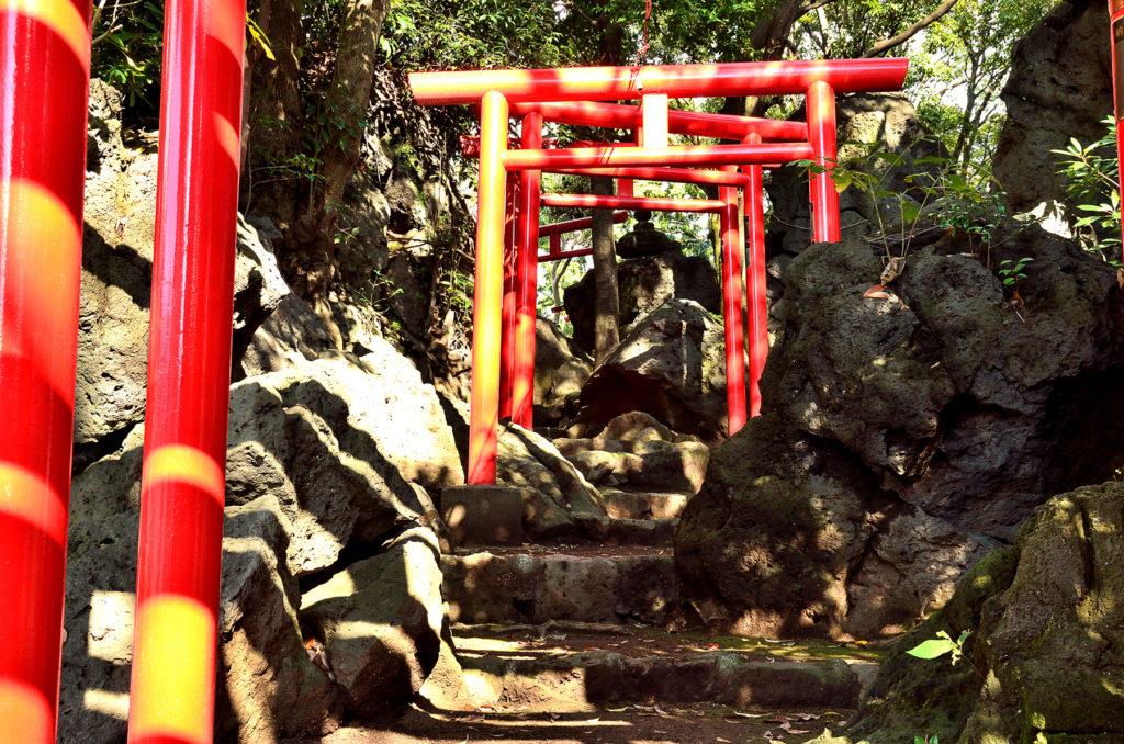 溶岩塚の亀裂参中を通って参拝します CC BY