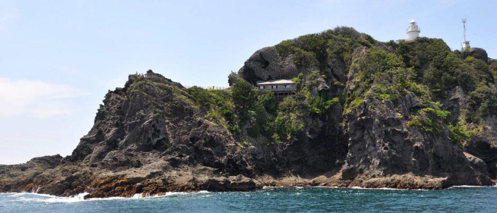 海から見た石室神社 CC BY