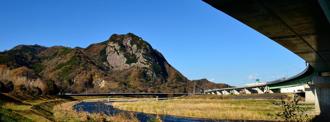 国道136号付近から見た城山
