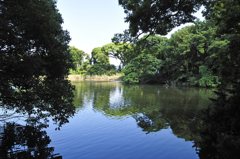 岬の先端に位置する淡水湖「神池」 CC BY