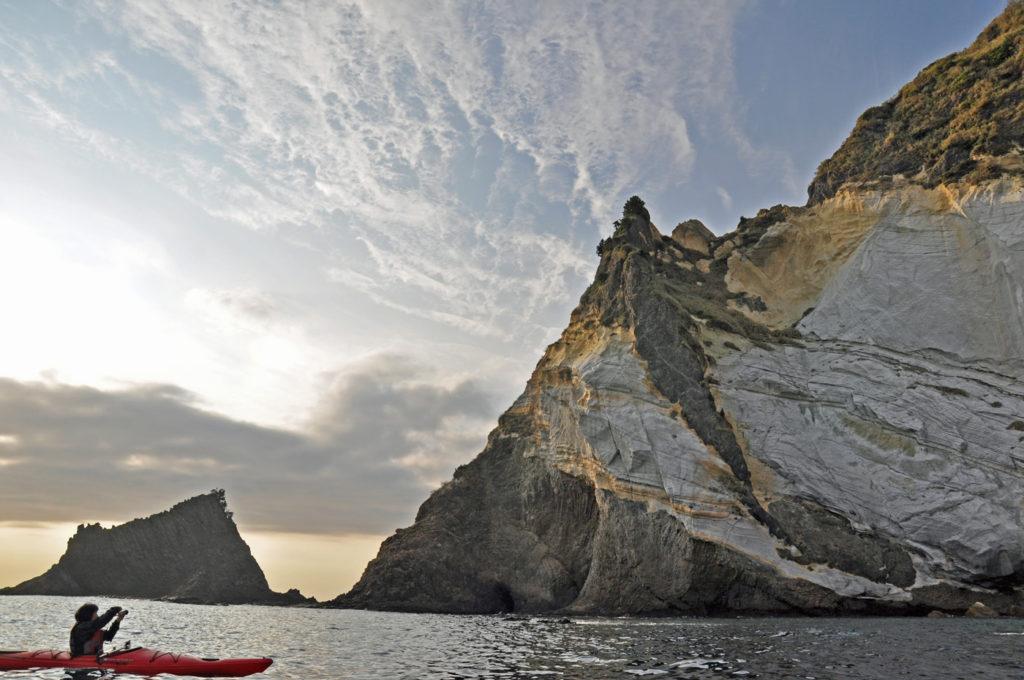海から眺める三ツ石岬 CC BY