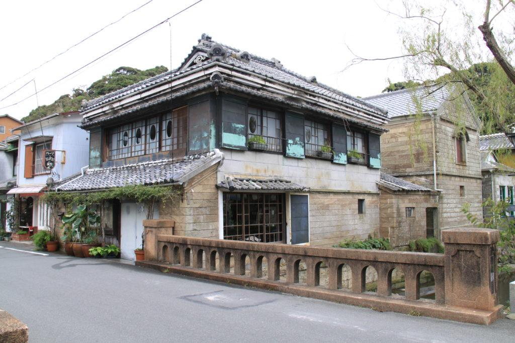 伊豆石の建物が並ぶ下田市街 CC BY