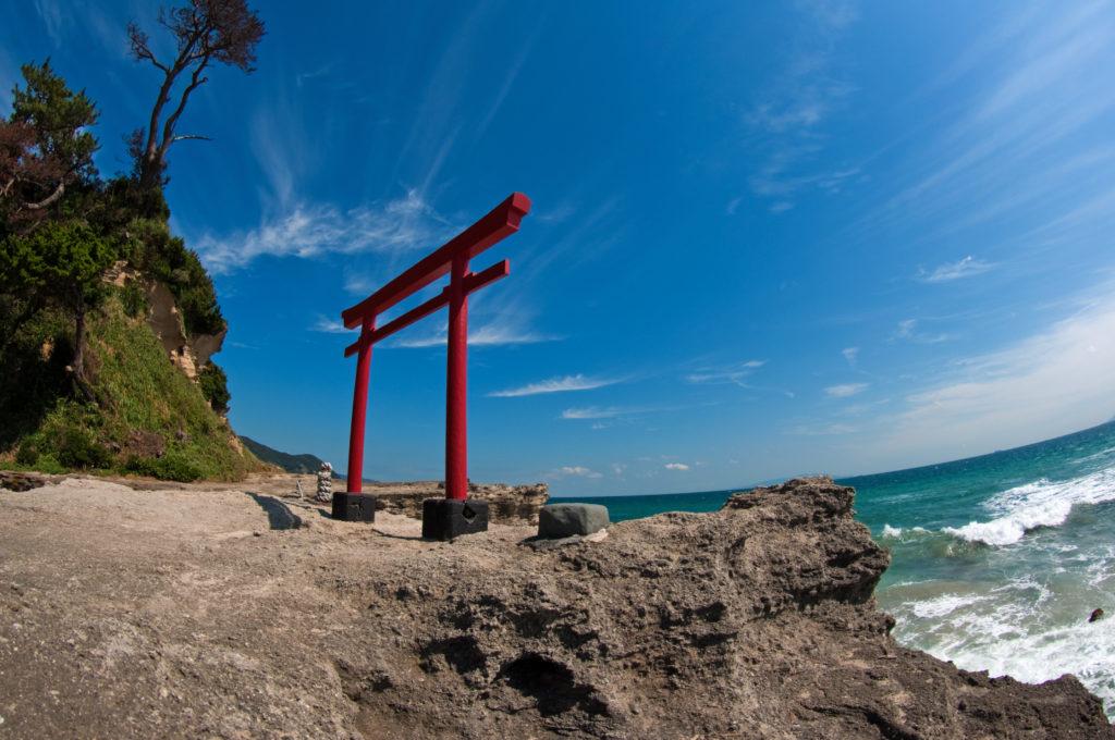 神社の裏手の海岸にある鳥居 CC BY