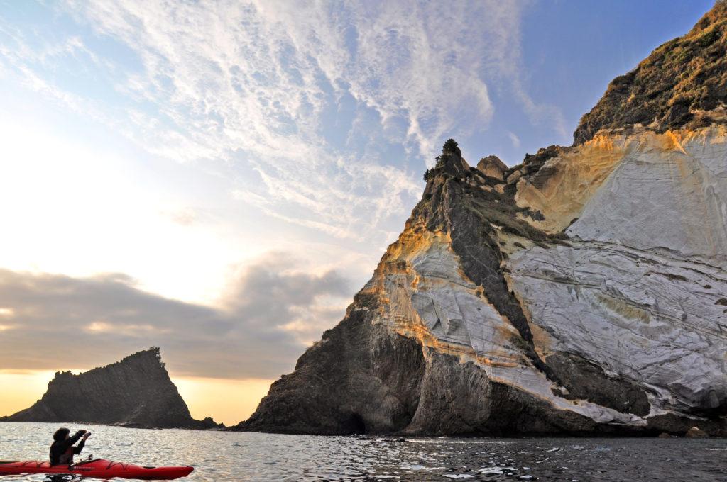 海から眺める三石岬