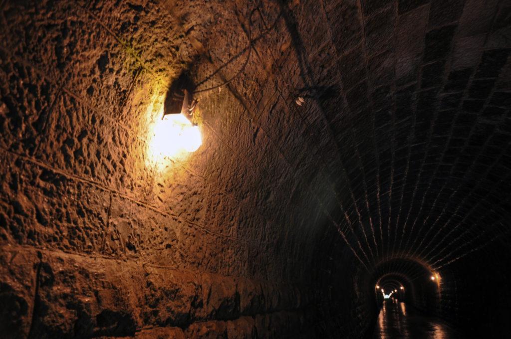 トンネル内の石材 CC BY