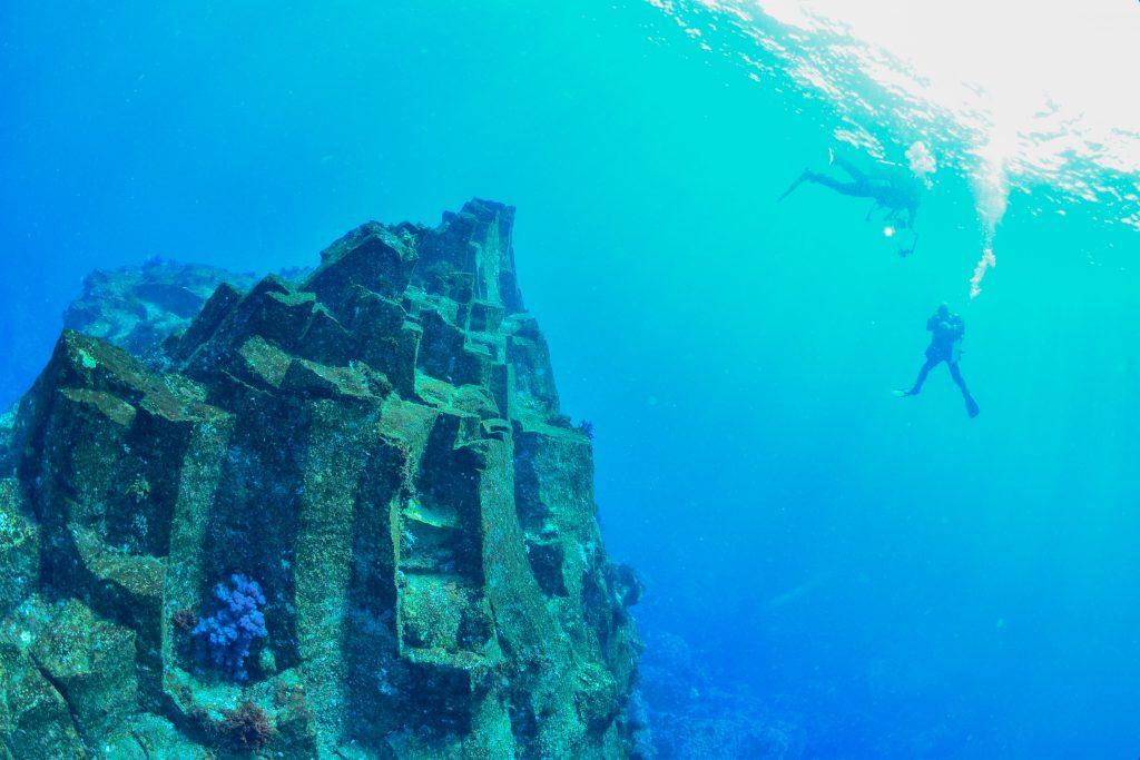 海の中で柱状節理と出会う