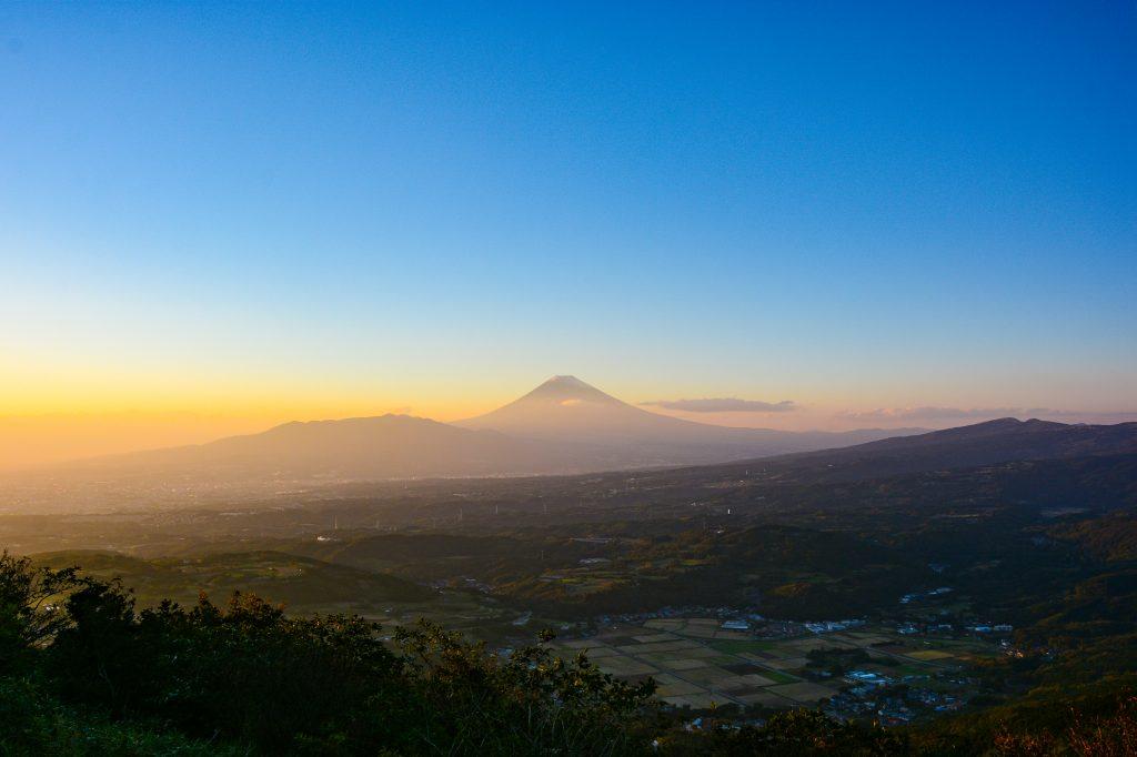 夕焼けの富士山と丹那盆地