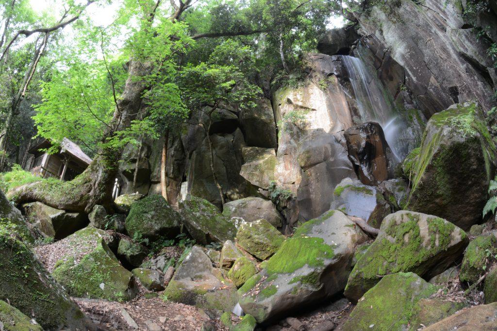 滝と瀧山不動 CC BY